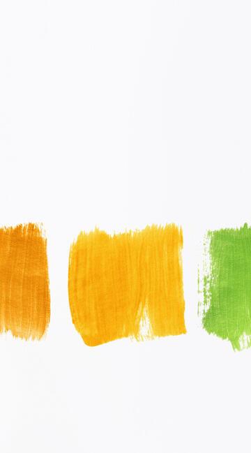 Maler wählt verschiedene Farben aus
