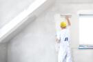 Wand wird weiß gestrichen