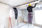 Zwei Bauarbeiter im Zimmer
